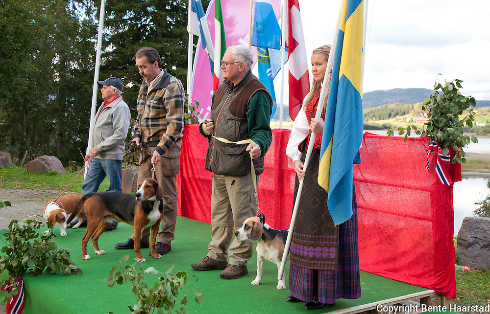 The team from Sweden. From left: Lennart Hedin with drever Klippingens Sissi, Kent Wiberg with hamiltonstøver Lilløgdas Uffe, and Bo Ynger with beagle Pelltorpans Billy (nr. 9).