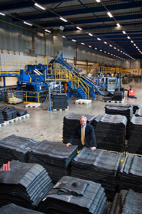 Rob Oudshoorn van banden fabrikant Vredestein in de fabriek in enschede