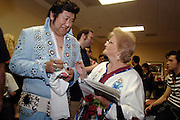 USA Nordamerika Memphis Tennessee Images of the King Contest ..About 70 international Elvis inpersonators perform 5 nights at the annual Images of the King Contest in Memphis Tennessee the audience is mostly female Toki Toyokazu (Japan) ..Elvis Wettbewerb 2006 jedes Jahr im August singen ca  70 internationale Elvis Interpreten 5 Tage lang in Memphis um die Wette Das Publikum besteht vorwiegend aus Frauen Toki Toyokazu (Japan).