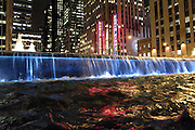USA New York Manhattan 6th Avenue Rockefeller Center Radio City Music Halll aus der Serie Night Vision Nacht Nachtaufnahme Wasserfall