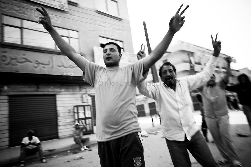 Des habitants d'Aj Dabiya acclament les combattants rebelles venus les délivrer de l'armée loyaliste, le 26 mars 2011.