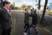 Buiten het collegegebouw ontstaat een opstootje als Pownews enigszins provocerend de tegenstanders van Zwarte Piet willen interviewen. In Utrecht wordt bij het College voor Rechten van de Mens een zitting gehouden over Zwarte Piet. Een Utrechtse moeder vindt Zwarte Piet discriminerend en wil dat een basisschool in Utrecht de hulp van Sinterklaas volledig uit het onderwijsaanbod haalt.<br /> <br /> Outside the college building is a small riot when journalists of PowNews slightly provocative want to interview opponents of Zwarte Piet. In Utrecht at the College of Human Rights a hearing is held about Zwarte Piet (Black Pete). A Utrecht mother takes Zwarte Piet discriminatory and wants a primary school in Utrecht to remove the help of Sinterklaas completely from the curriculum.