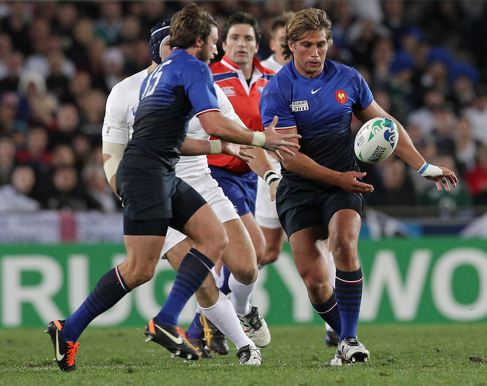 France's Maxime Médard, left, receives the ball from Dimitri Szarzewski whilst playing England during quarter-final 2 match of the Rugby World Cup 2011, Eden Park, Auckland, New Zealand, Saturday, October 08, 2011.  Credit:SNPA / David Rowland