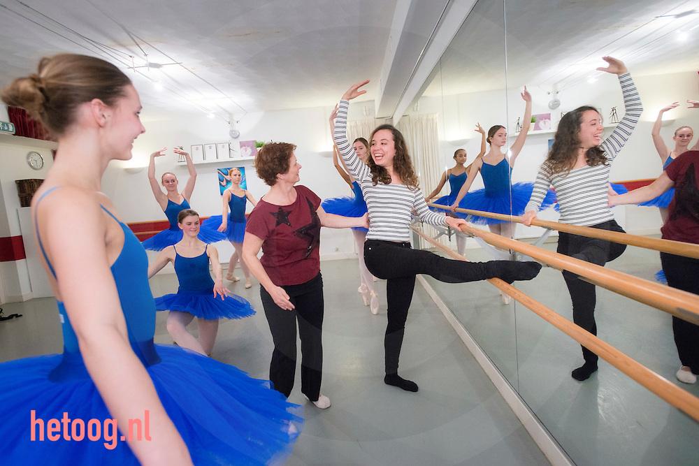 The Netherlands, Nederland Ermelo 26jan2016 -  Bernice Zwijnenburg (rood shirt) geeft Lotte Kok  Balletles in de dansstudio in Ermelo.  t.b.v. artikel beroepentester in 'sevendays' foto Cees Elzenga-hetoog.nl