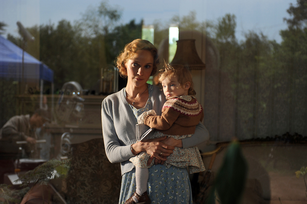 "Produktion ""Schweitzer"".Photo © Stefan Falke / NFP..from left to right:.Rhena (Jeanette Hain).Rhena's baby (Malou Hain)"