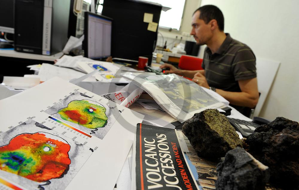 18/05/09 - CLERMONT FERRAND - PUY DE DOME - FRANCE - Laboratoires Magmas et Volcans, premier laboratoire mondial sur la recherche en vulcanologie. Jean Luc FROGER, specialiste de l interferometrie radar - Photo Jerome CHABANNE