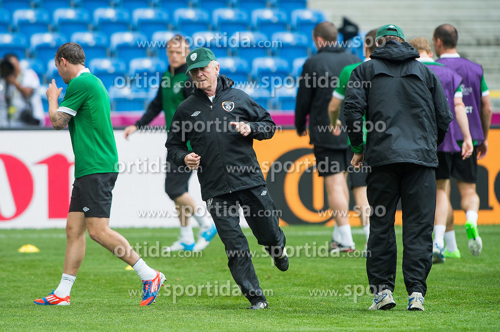 09.06.2012, Stadion Miejski, Poznan, POL, UEFA EURO 2012, Irland, Training, im Bild TRENER (COACH) GIOVANNI TRAPATTONI // during the during EURO 2012 Trainingssession of Ireland Nationalteam, at the stadium Miejski, Poznan, Poland on 2012/06/09. EXPA Pictures © 2012, PhotoCredit: EXPA/ Newspix/ Jakub Kaczmarczyk..***** ATTENTION - for AUT, SLO, CRO, SRB, SUI and SWE only *****