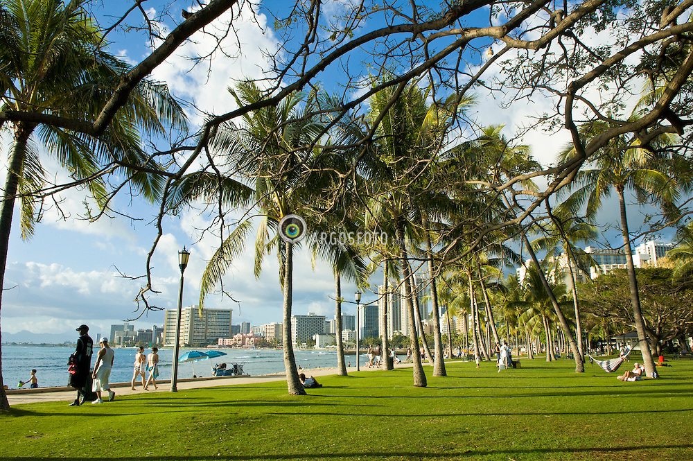 Waikiki, um bairro de Honolulu, na cidade e condado de Honolulu, na costa sul da ilha de Oahu, no Havai, Estados Unidos. Ja a praia de Waikiki, uma linha de costa de frente para Waikiki. Onde encontram-se varios locais publicos, incluindo Kapiolani Park, Reserva de Fort Russy Militar, Lagoa Kahanamoku, Praia Kuhio Park, e Ala Wai Harbor./ Waikiki is a neighborhood of Honolulu, in the City and County of Honolulu, on the south shore of the island of Oahu, in Hawaii, United States. Waikiki Beach is the shoreline fronting Waikiki. Is home to public places including Kapiolani Park, Fort de Russy Military Reservation, Kahanamoku Lagoon, Kuhio Beach Park, and Ala Wai Harbor.