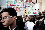 AMANTEA. STUDENTI IN CORTEO MOSTRANO UNO STRISCIONE DI PROTESTA CONTRO LE NAVI DEI VELENI