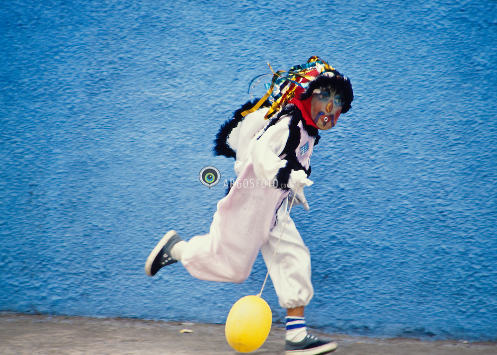 """Clovis, ou """"bate-bola"""", eh o nome de uma fantasia carnavalesca caracteristica dos suburbios cariocas. Foto em Bento Ribeiro / Young man wearing a carnival costume in Rio de Janeiro."""