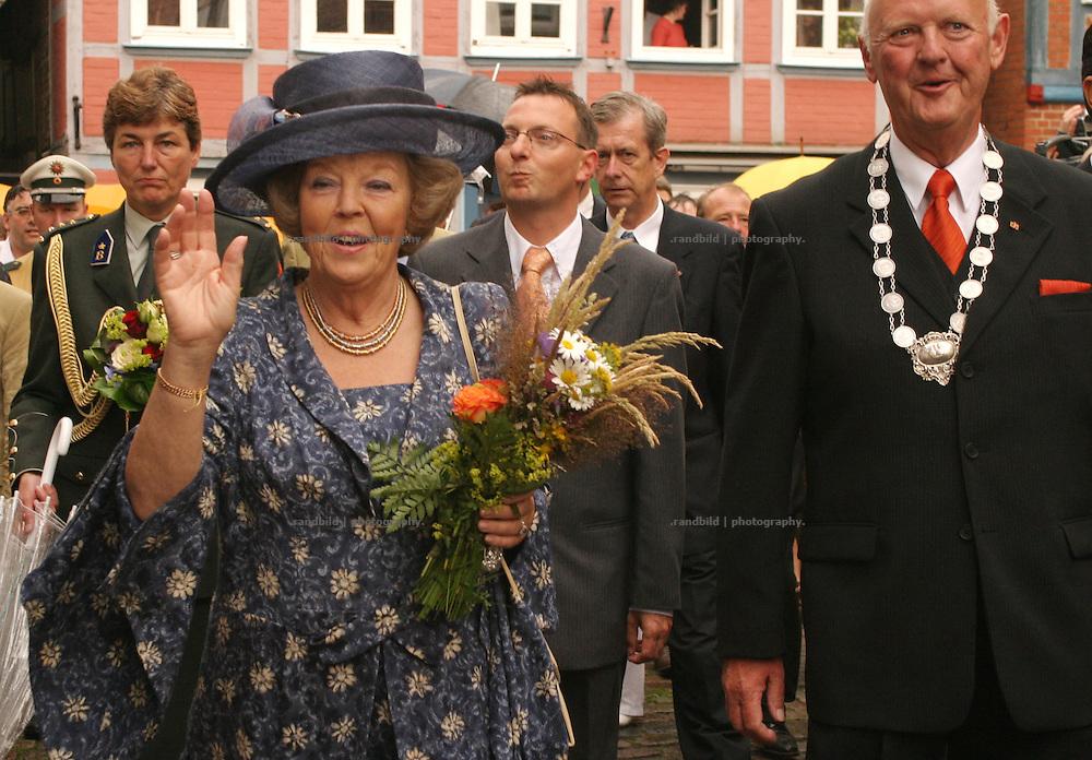 Die niederländische Königin Beatrix bei einem Besuch in der Elbestadt Hitzacker. Ihr verstorbener Mann Claus von Amsberg war ihr geboren und aufgewachsen...Dutch Queen Beatrix during her visit in Hitzacker, Germany. Her died Husband Claus von Amsberg was born in Hitzacker.