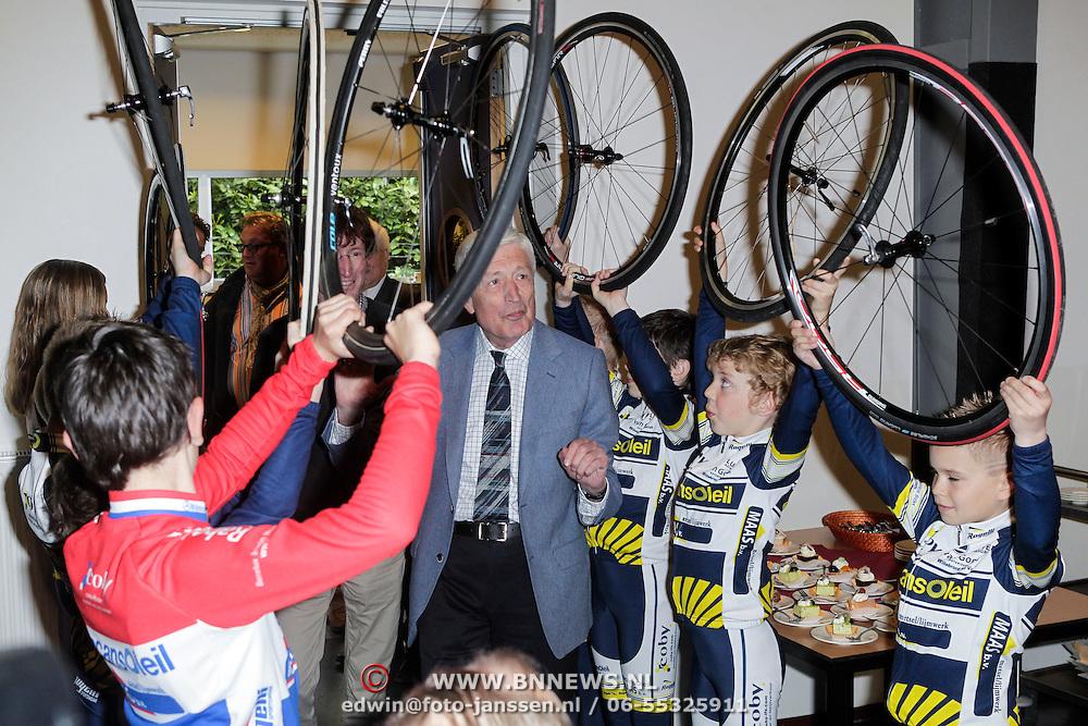 """NLD/St. Willibrord/20120427 - Boekpresentatie """"Op weg naar Alpe d'Huez"""" door Dries van Agt en zoon Frans, binnenkomst"""