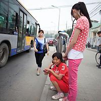BEIJING, JULY,12-14,2013 : Schueler der CAOCHANGDI MITTLESCHULE auf dem Weg nach hause.