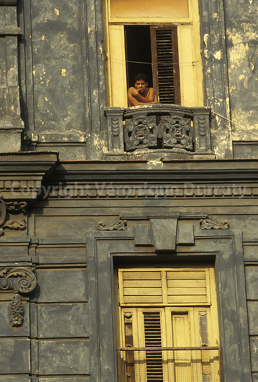 HOMME A SON BALCON A LA HAVANE, CUBA