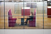 Een ambtenaar maakt gebruik van een van de flexibele werkplekken op het Stadskantoor. In Utrecht is het nieuwe Stadskantoor in gebruik genomen. De verschillende gemeentelijke diensten die verspreid door Utrecht zaten komen allemaal in het Stadskantoor te zitten. Alleen de gemeenteraad, de trouwzaal en de wijkkantoren blijven op de oude locatie. Burgers moeten wel eerst een digitale afspraak hebben gemaakt voor ze gebruik kunnen maken van een dienst in het Stadskantoor. De ambtenaren hebben allemaal flexplekken.