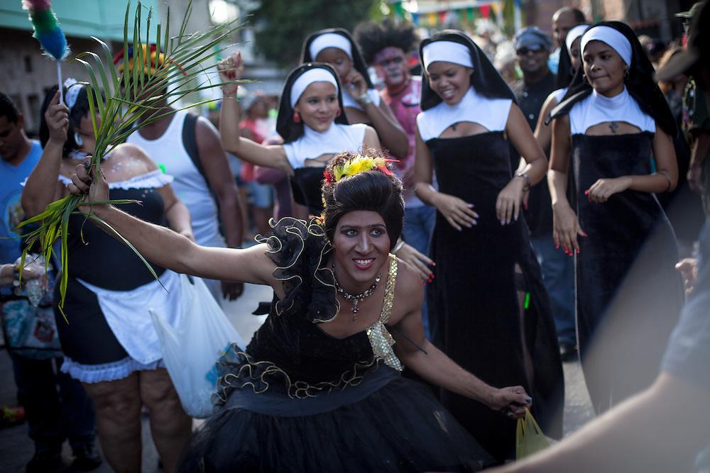 El entierro de la sardina es una colorida fiesta que florece cada año desde 1915 en la parroquia Naiguatá del estado Vargas durante los miércoles de ceniza para despedir el asueto de carnaval y dar la bienvenida a los días de la cuaresma. Trajes exóticos, comparsas, pelucas, personajes ambiguos, un cura que libera de pecados a los pobladores, toda una fiesta que culmina con el entierro de la sardina. Naiguatá, 13 Feb. 2013 (Foto/Ivan Gonzalez)