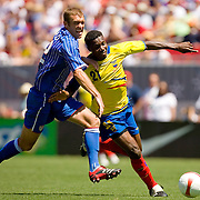 Ecuador's Carlos Tenorio (R) breaks away from the United States' Jimmy Conrad while trying to score during the second half of their international friendly soccer match in Tampa, Florida March 25, 2007. REUTERS/Scott Audette (UNITED STATES)