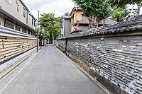 Kannon-ji temple's Tsuji-bei wall was built in the Edo era. The wall was constructed by alternately pilling mud and tiles, and then putting roof tiles along the top. The wall encloses Kanonji Temple in Yanaka, and is one of Yanaka Tokyo's main sights.