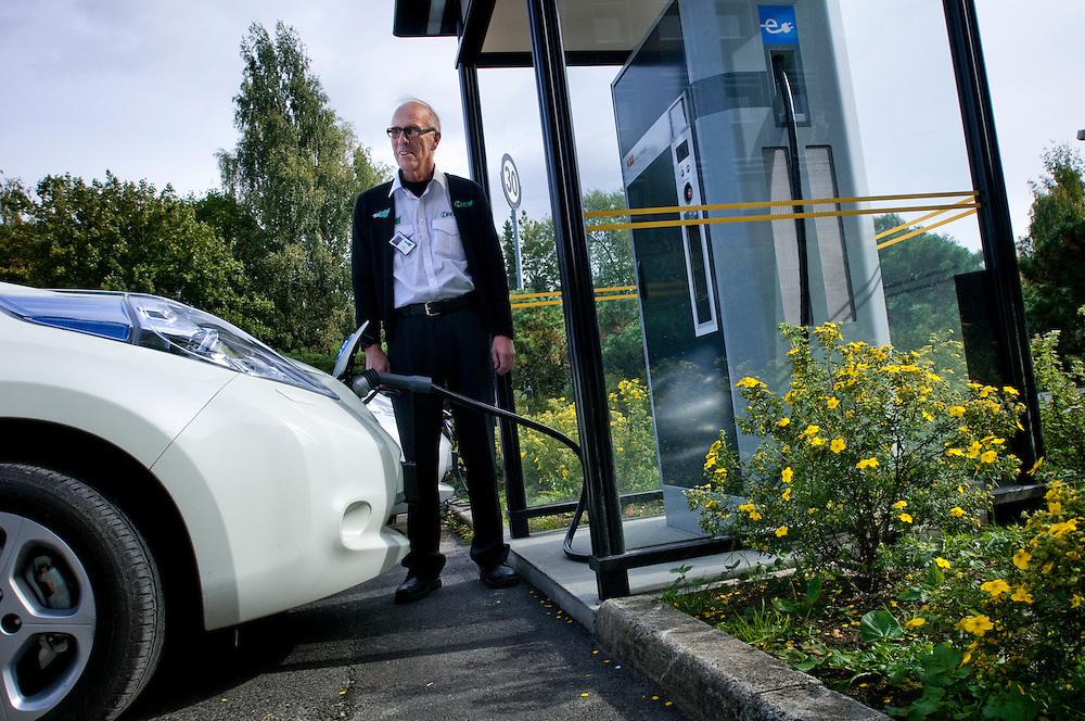 Taxichaufför Alf Gunnestad laddar sin Nissan Leaf elbil vid ABBs snabbladdningsstation där han kan ladda bilen gratis på en halvtimme.