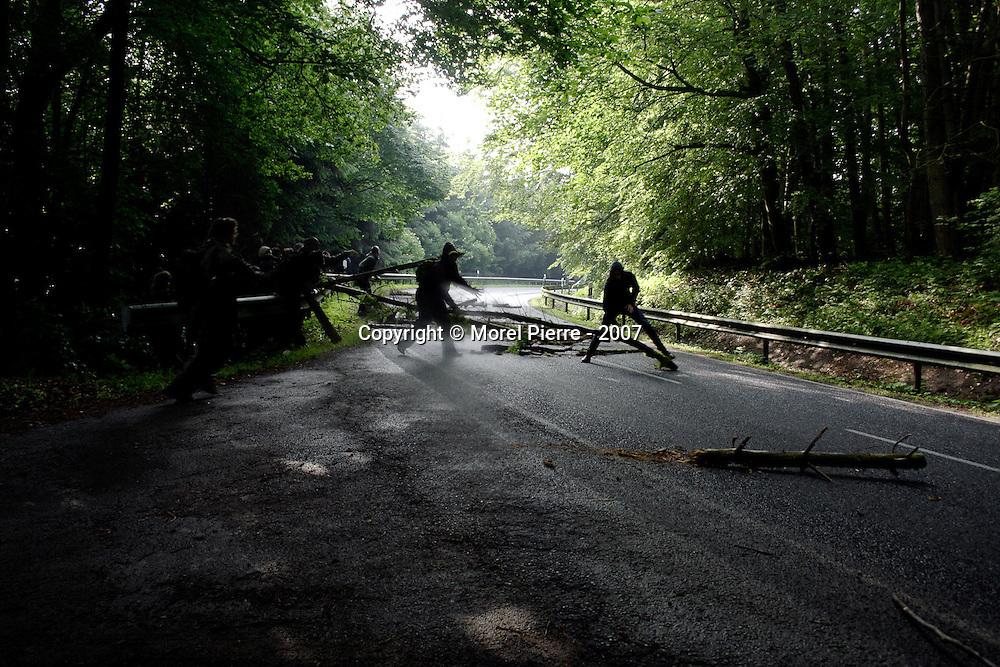 6 Juin - Route d'accès au G8 : Des morceaux de bois sont jetés rapidement sur la chaussée, dans un virage. Les automobilistes seront vite immobilisés mais ils se chargeront eux mêmes d'enlever les barricades.