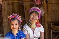 Langhals-Frau mit ihrem Kind, Long Neck Karen, vom Stamm der Karen, Chiang Rai, Thailand, Asien
