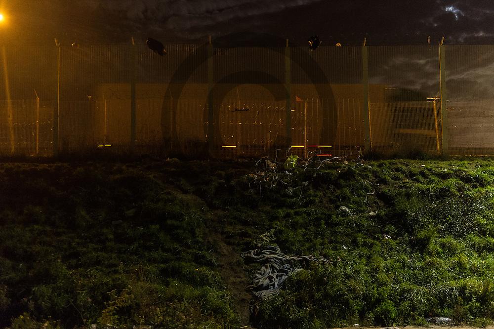Calais, Frankreich - 16.10.2016<br /> Ein LKW faehrt beim Dschungel von Calais hinter einem Schutzzaun vorbei. Das Fluechtlingscamp an der Kueste zum Aermelkanal soll laut franzoesischer Regierung in den naechsten Tagen geraeumt werden. In dem Camp leben um die 1000 Fluechtlinge und warten auf die Moeglichkeit zur Weiterreise durch den Eurotunnel nach Gro&szlig;britannien. Photo: Foto: Markus Heine / heineimaging<br /> <br /> Calais, France - 2016/10/16<br /> A truck drives past with the Calais Jungle behind a protective fence. The refugee camp on the coast to the English Channel is to be cleared in the next few days, according to the French government. In the camp live around the 1000 refugees and wait for the possibility to travel further through the Eurotunnel to the UK. Photo: Foto: Markus Heine / heineimaging<br /> <br /> ------------------------------<br /> <br /> Veroeffentlichung nur mit Fotografennennung, sowie gegen Honorar und Belegexemplar.<br /> <br /> Bankverbindung:<br /> IBAN: DE65660908000004437497<br /> BIC CODE: GENODE61BBB<br /> Badische Beamten Bank Karlsruhe<br /> <br /> USt-IdNr: DE291853306<br /> <br /> Please note:<br /> All rights reserved! Don't publish without copyright!<br /> <br /> Stand: 10.2016<br /> <br /> ------------------------------