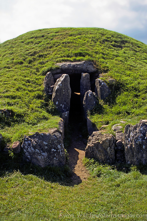 Europe, United Kingdom, Wales, Angelesey. Ancient burial chamber of Bryn Celli Ddu, c. 2000BC, a CADW Welsh Heritage Site.