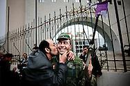 TUNISI. UN CITTADINO TUNISINO ABBRACCIA E BACIA UN SOLDATO DURANTE UNA MANIFESTAZIONE PUBBLICA CONTRO IL PARTITO RCD DELL'EX PRESIDENTE DELLA TUNISIA BEN ALI;