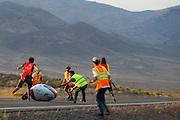 Christien Veelenturf rijdt op de laatste dag van de recordpogingen en valt bij de finish door een lekke band. Zij slaagt er niet in om het record te verbreken. Het Human Power Team Delft en Amsterdam (HPT), dat bestaat uit studenten van de TU Delft en de VU Amsterdam, is in Amerika om te proberen het record snelfietsen te verbreken. Momenteel zijn zij recordhouder, in 2013 reed Sebastiaan Bowier 133,78 km/h in de VeloX3. In Battle Mountain (Nevada) wordt ieder jaar de World Human Powered Speed Challenge gehouden. Tijdens deze wedstrijd wordt geprobeerd zo hard mogelijk te fietsen op pure menskracht. Ze halen snelheden tot 133 km/h. De deelnemers bestaan zowel uit teams van universiteiten als uit hobbyisten. Met de gestroomlijnde fietsen willen ze laten zien wat mogelijk is met menskracht. De speciale ligfietsen kunnen gezien worden als de Formule 1 van het fietsen. De kennis die wordt opgedaan wordt ook gebruikt om duurzaam vervoer verder te ontwikkelen.<br /> <br /> Christien Veelenturf at the last day of the record attempts. She doesn't succeed in setting a  new record. The Human Power Team Delft and Amsterdam, a team by students of the TU Delft and the VU Amsterdam, is in America to set a new  world record speed cycling. I 2013 the team broke the record, Sebastiaan Bowier rode 133,78 km/h (83,13 mph) with the VeloX3. In Battle Mountain (Nevada) each year the World Human Powered Speed Challenge is held. During this race they try to ride on pure manpower as hard as possible. Speeds up to 133 km/h are reached. The participants consist of both teams from universities and from hobbyists. With the sleek bikes they want to show what is possible with human power. The special recumbent bicycles can be seen as the Formula 1 of the bicycle. The knowledge gained is also used to develop sustainable transport.