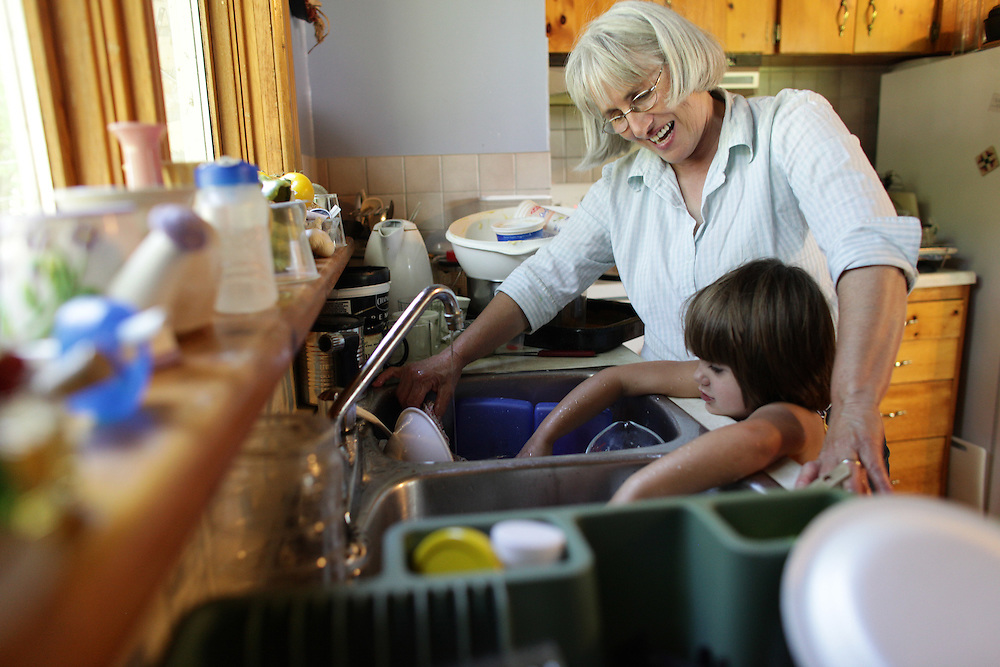 Kincardine, Ontario ---10-06-22--- Organic farmer Maria Hodgins and her grandaughter Aurelie Brockhorst, 4, wash dishes at her farm near Kincardine, Ontario, June 22, 2010.<br /> GEOFF ROBINS The Globe and Mail