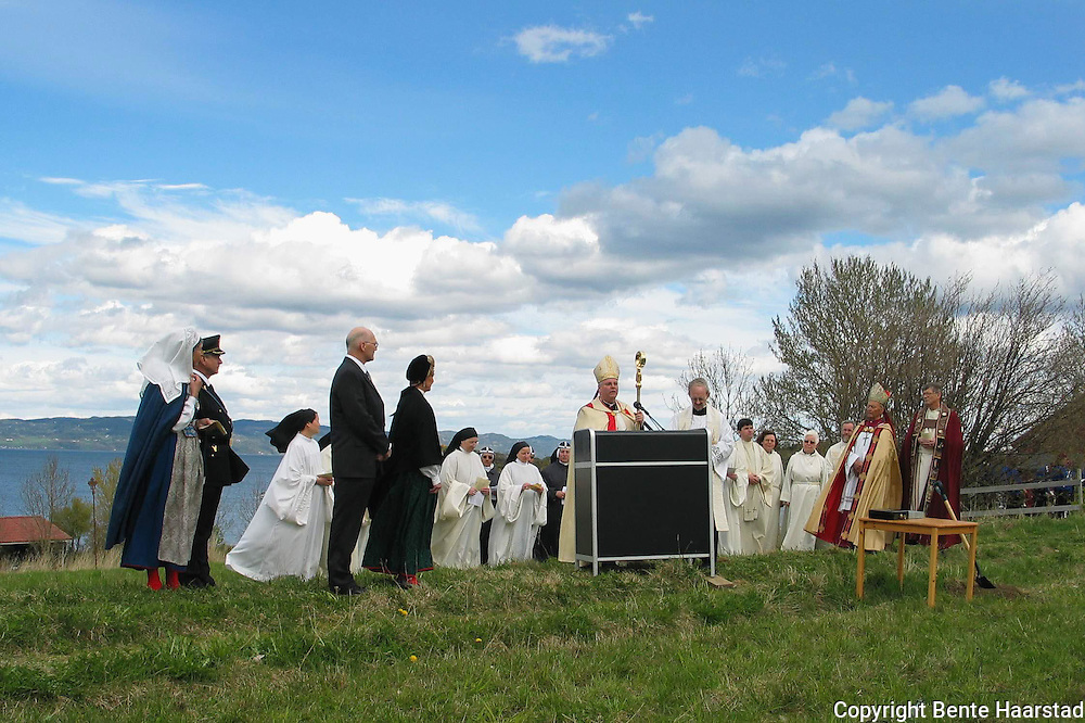 Tautra Mariakloster. Dronning Sonja bidro ved nedlegging av grunnsteinen for nytt Mariakloster på Tautra. Georg Müller, daværende katolsk biskop i Trondheim, og biskop Finn Wagle i Nidaros, var blant biskopene som deltok.