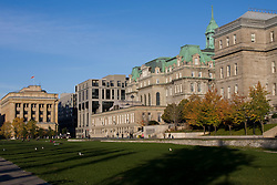 Champ de Mars is a public park in Old Montreal, Quebec, Canada..Montreal City Hall (right) and the old Palais de Justice (left)....O Campo de Marte (Champ de Mars) eh um parque publico na Velha Montreal, Quebeque, Canada. .Prefeitura de Montreal (a direita) e o antigo Palacio de Justica (a esquerda)..