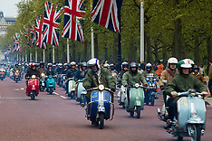 2015-05-02 Scores of scooters in annual Buckingham Palace Run