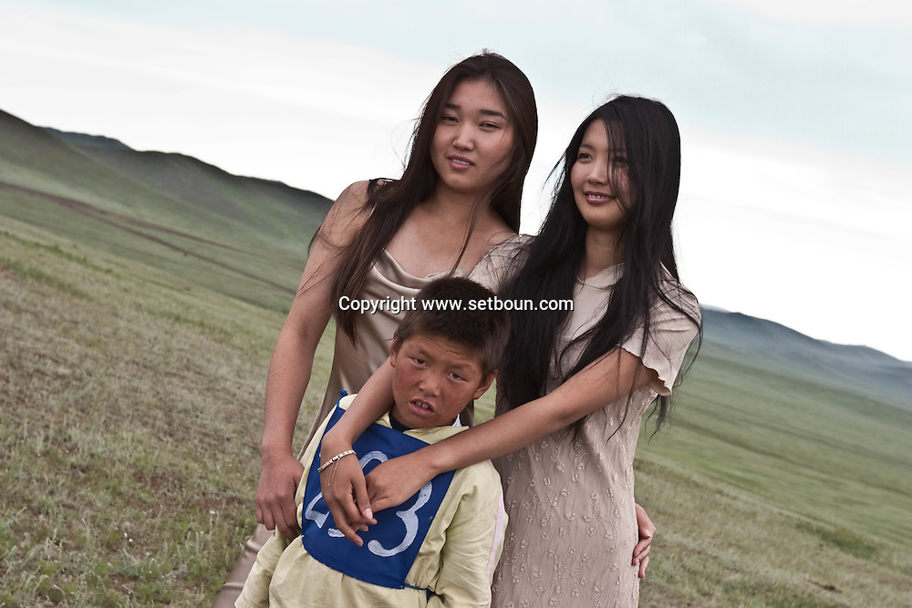 Mongolia. Ulaanbaatar. casting and fashion pictures in the steppe, in Hundlun Bulag ,  with LOOK agency. Dr Mr Honondorj.  near  Ulanbaatar -    /   casting et photo de mode dans la steppe, a Hundlun Bulag avec l'agence Look de Mr Honondorj pres de  Oulan Bator - Mongolie  /   L0009353