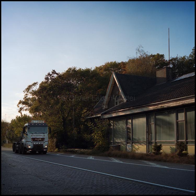 Le 21 octobre 2011, frontière Pays-Bas / Belgique, près de Reusel (NL), RN 284. Un camion passe devant l'ancien poste frontière désormais à l'abandon et en vente.