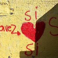 Pinta en apoyo al presidente venezolano, Hugo Chávez hoy, 30 de noviembre de 2007, en la avenida Bolívar de la capital donde está convocado el cierre de la campaña a favor de la reforma constitucional, el mismo espacio en el que ayer se concentró una multitud opuesta a los cambios en la Carta Magna de 1999 en un referendo que se realizará el próximo domingo. (ivan gonzalez)