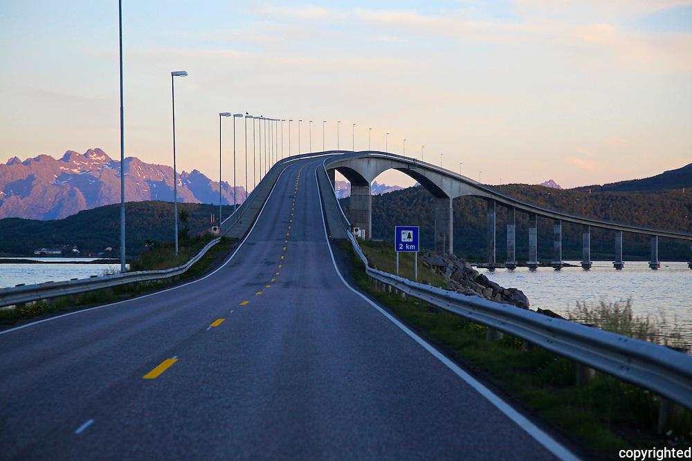 Norway. Norge Sortlandsbrua was built in 1975. Ei spennbetongbru (buebro) over Sortlandssundet, mellom Langøya og Hinnøya i Nordland. Brua har en lengde på 948 meter, med lengste spenn 150 meter. Seilingshøyden er 30 meter, og brua har i alt 21 spenn. Tatt i bruk den 4. juli 1975, og er en av Vesterålsbruene.