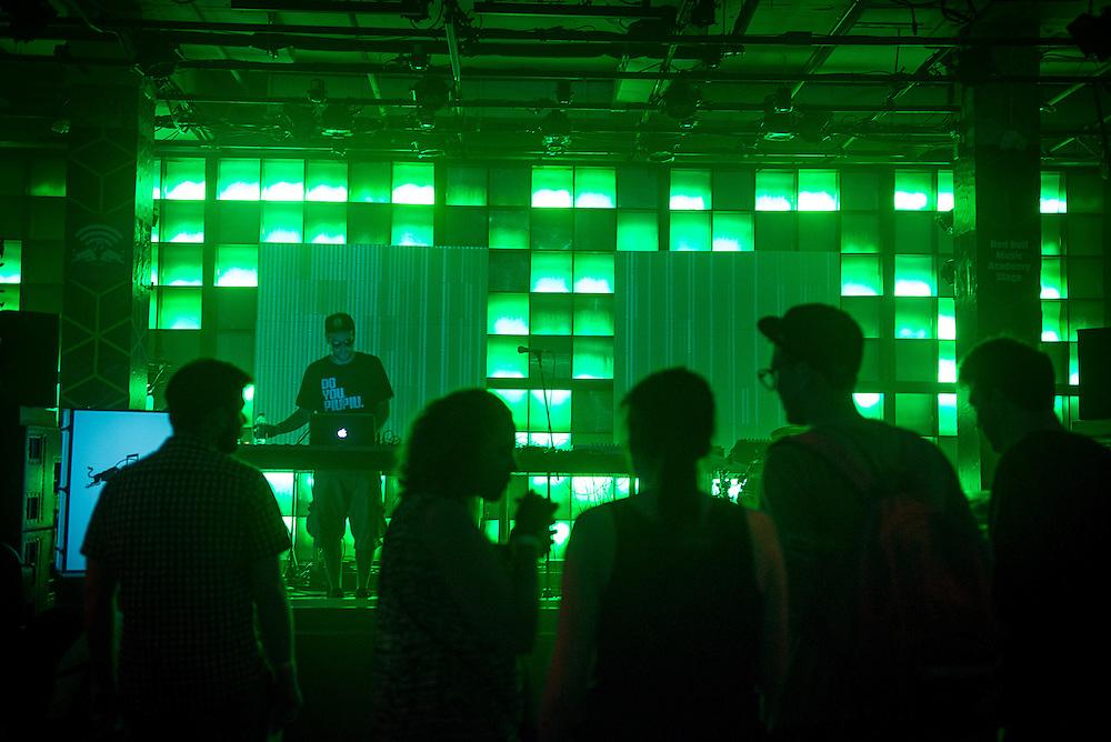VLOOPER (CA), Nocturne 3 : 31 mai 2013. Scène Red Bull Music Academy [SAT] Société des arts technologiques.