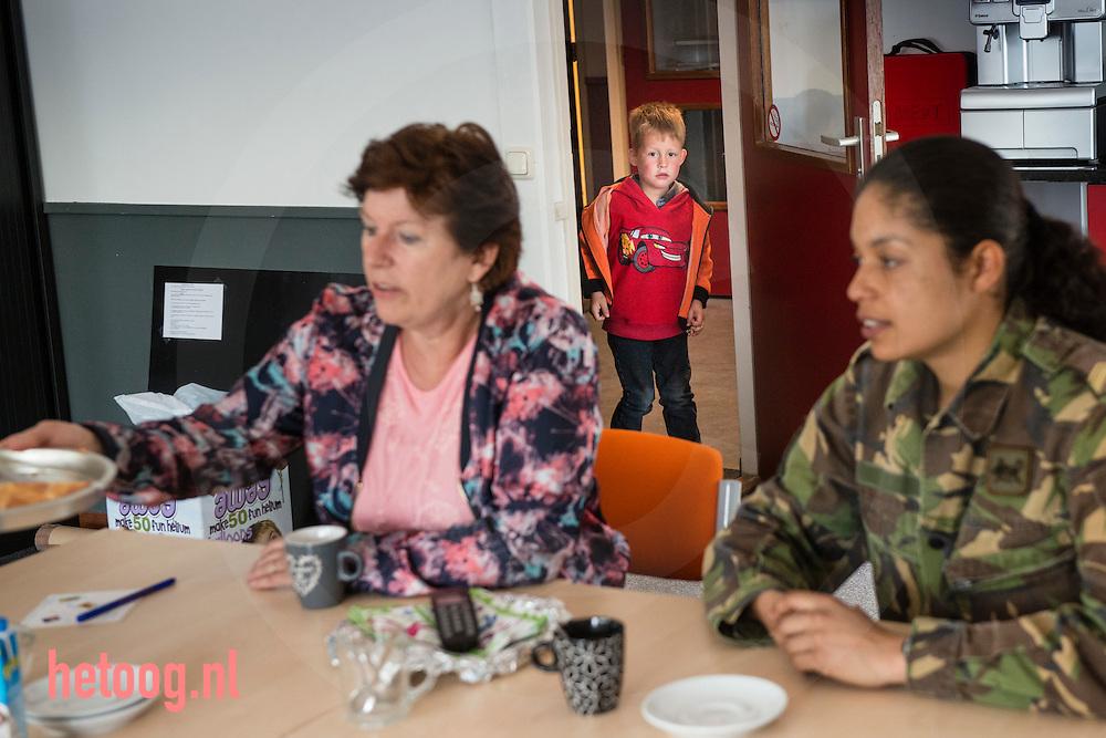 Nederland,  22 april2014 buurtschap Stokkum gemeente Markelo - in het kader van 200 jaar koninklijke landmacht bezoekt defensie de bovenbouw van het lager onderwijs om meer contact te maken met de samenleving. leerkracht Annelies van der sluis ontvangt Korporaal eerste klas Guido (achternaam geheim i.v.m. veiligheid) en sergeant Marbell van de 43-ste geneeskundige Comagnie uit Havelte. Zij brengen een bezoek aan groep 7/8 van de Openbare Basisschool Stokkum in het buurtschap Stokkum ( gemeente Markelo) foto: Cees Elzenga - HollandseHoogte