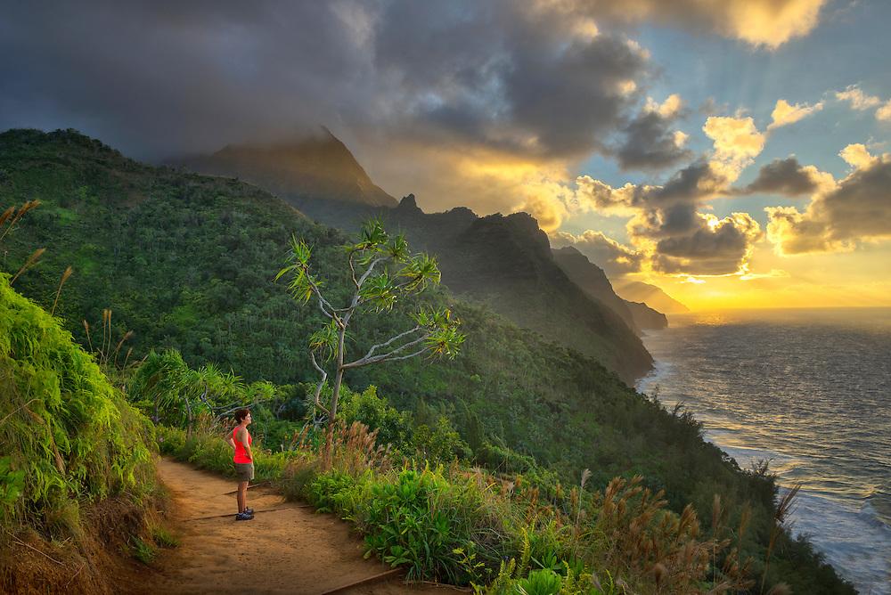 USA, Hawaii, Kauai, Hanalei, Na pali coast, Kalalau Trail, woman hiking at sunset MR