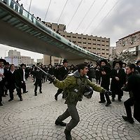 An israeli border police officer isolated from his unit push back protestor that try to lynch him in Jerusalem.