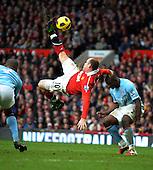 Rooney stuns Man City