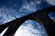 The Arco Grande in the Aguas Livres aqueduct. Since its foundation, the city of Lisbon had problems with the supply of drinking water to the population. In order to solve this problem, in 1731 King John V begins the contruction of the long-touted &quot;Aguas Livres Aqueduct&quot; wich has its construction completed in 1748, from this moment Lisbon would have 3 times more water than previously available.<br /> The aqueduct extends over 14,174 meters and consists of 127 arches along its route. Of all the arches, the most known is the one in the valley of Alcantara, the Arco Grande, is 65 meters high and is the largest pointed arch in the world.<br /> The other reason that made the Aqueduct famous is to have been the stage of nineteenth century's most famous serial killer in Portugal, Diogo Alves. Born in Spain, came to live in Lisbon at a very early age, known as the &quot;Assassino do Aqueduto das Aguas Livres&quot; or also &quot;Pancadas&quot;. Diogo Alves is thought to have robbed and thrown from the Arco Grande area more than seventy people. No one ever found out how he got the key to enter the aqueduct and commit the crimes.<br /> Diogo Alves was convicted and hanged in 1841. His head was stored in formalin at the time so that medicine could studie his and be able to characterize the mind of a criminal.<br /> In 1911 is presented to the public the film &quot;Os crimes de Diogo Alves&quot; the first Portuguese fictional film. 15/01/2012 NO SALES IN PORTUGAL