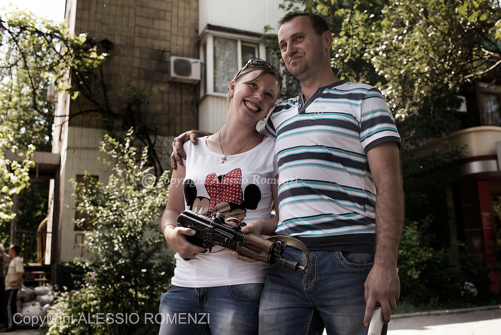 Ukraine, Donetsk: Ukrainian civilians pose for a portrait as they hold a rifle given them by a pro-Russian separatist in Donetsk on 27 May 2014. ALESSIO ROMENZI