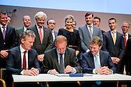 31-01-2014 Utrecht  Koningin Maxima aanwezig bij de ondertekening door (VLNR, zittend) Emiel Roozen (vertegenwoordiger van de verzekeraars), Rien Nagel (vertegenwoordiger van de 4 grootbanken) en Elwin Groenevelt (algemeen directeur Qredits) van een samenwerking tussen banken en verzekeraars tijdens het jubileumsymposium van Qredits. De landelijke microfinancierings organisatie bestaat 5 jaar. COPYRIGHT ROBIN UTRECHT