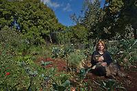 ארזה בגינתה בישוב  אבירים<br /> ב גליל המערבי<br /> ישראלים וגינותהם<br /> גינה<br /> גינות ישראליות<br /> צילום - ניר כפרי <br /> <br /> חיות כלבים<br /> כלב
