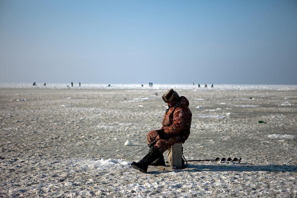 Vladivostok port bj rn steinz for Frozen fishing pole