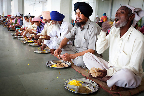 people eating at a sikh kitchen. | Sasson Haviv Photography