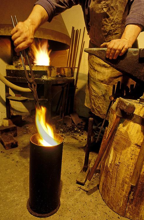 26/12/06 - THIERS - PUY DE DOME - FRANCE - Artisan forgeron. Etape de trempe du metal - Photo Jerome CHABANNE