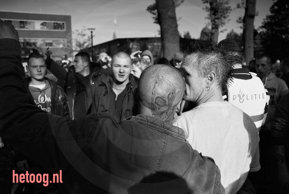The Netherlands, Nederland Enschede 31okt2015 Boze burgers protesteren tegen de voorgenomen vestiging van een AZC in Enschede op het Esmarkeveld nabij de arbeiderswijk Dolphia. Het protest verloop eerst rustig waarna men naar het centrum van Enschede wil optrekken wat de massaal aanwezige politie voorkomt. foto: Cees Elzenga- HH